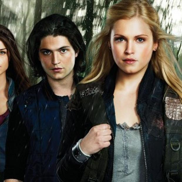 Salisbury Journal: Thomas McDonell and Eliza Taylor (centre) star in new drama The 100