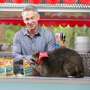Gary Lineker is advertising Walkers crisps with a raccoon