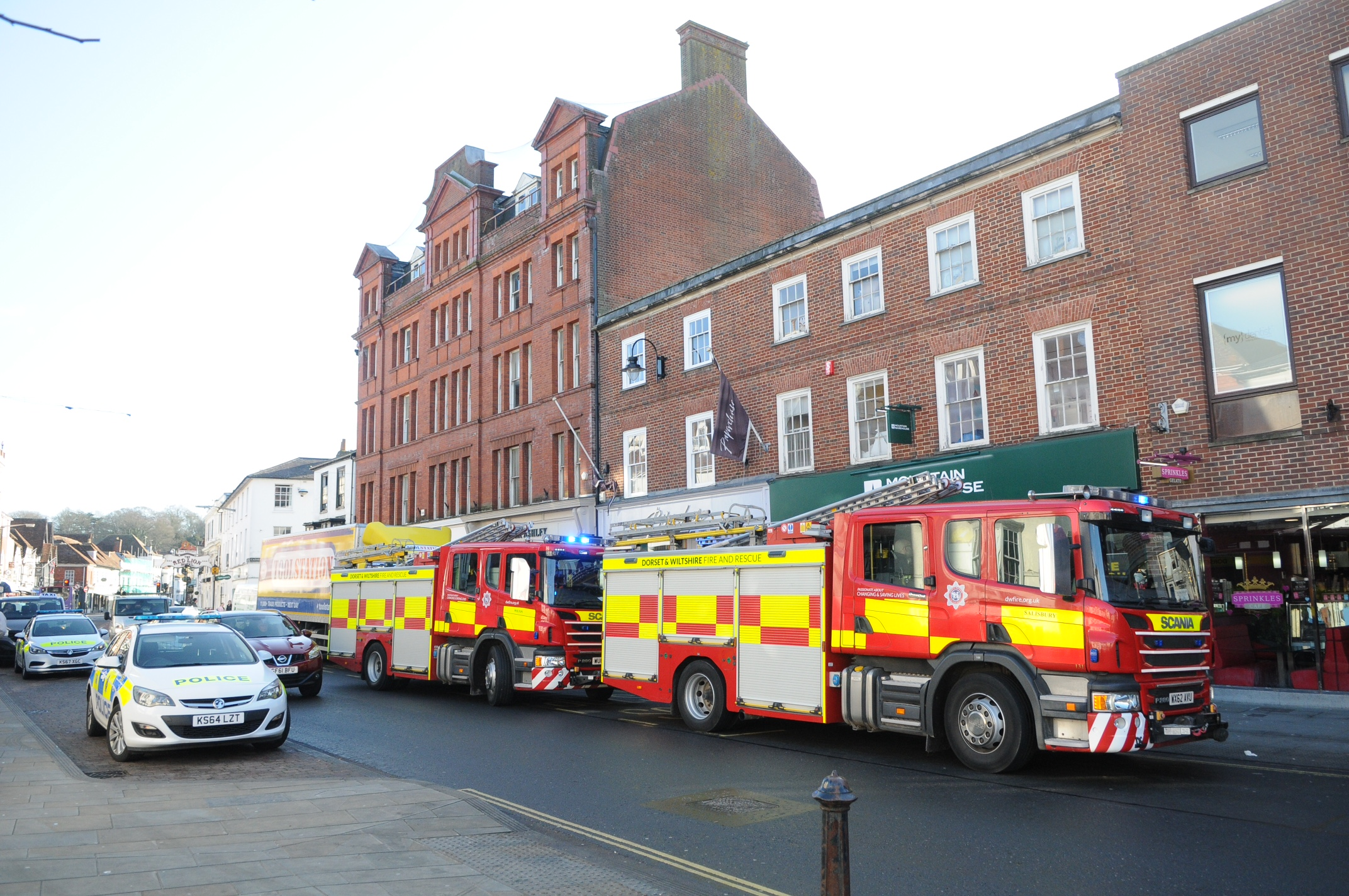 Fire crews called to 'strong smell of gas' in empty city centre shop